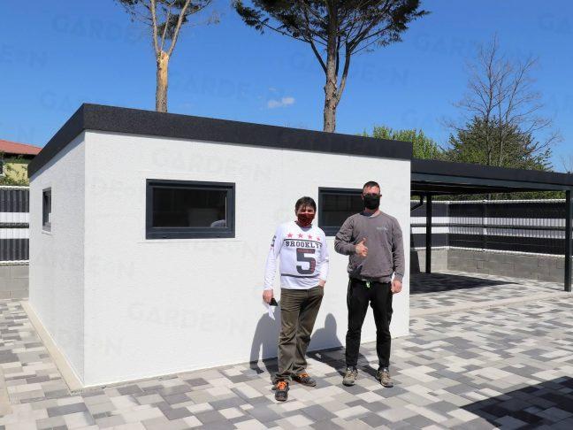 Das GARDEON Gartenhaus in weiß mit Überdachung