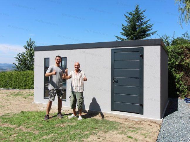 Der zufriedene Kunde mit einem der GARDEON Monteure vor seiner neuen Gartenhütte