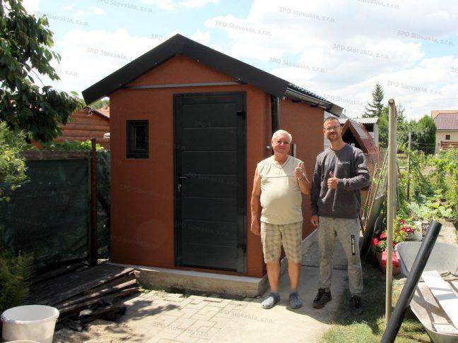 Ein zufriedener Kunden mit seinem neuen Satteldach-Gartenhäuschen GARDEON